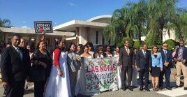 Los participantes condenaron la violencia contra las mujeres y exigieron los derechos de las féminas.
