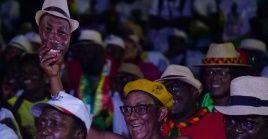 Un partidario lleva una máscara del candidato presidencial Domingos Simoes Pereira, favorito para ganar las elecciones en Guinea Bussau.
