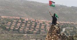 Esta ocupación cambien restringe la libertad de movimiento de los palestinos, a través de cientos de puestos de control y otros obstáculos que Israel considera necesarios para proteger los asentamientos.