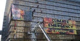 Los miembros de Greenpeace expusieron la urgencia que representa el cambio climático para el planeta.