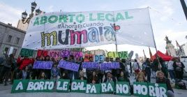 En la foto de archivo, activistas participan en una manifestación en favor de la legalización del aborto en Buenos Aires, Argentina.