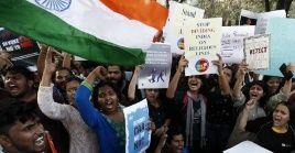 Una nueva ley de ciudadanía impide a refugiados musulmanes nacionalizarse.
