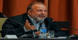 El primer ministro o jefe de Gobierno rinde cuentas e informa de su gestión ante la Asamblea Nacional y el presidente cubano.