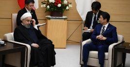 El presidente iraní sostiene un encuentro con el primer ministro de Japón en Tokio el 20 de diciembre.