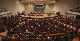 """""""En nombre de Irak y del pueblo, en nombre de los mártires (...) la ley ha sido aprobada"""", dijo el presidente del Consejo de Representantes, Mohamad al-Halbusi."""