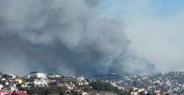 Las personas han sido evacuadas debido a que el incidente se ubica en una zona con viviendas cerca.