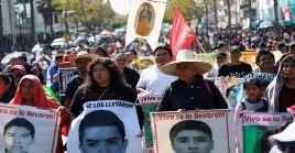 Durante cada movilización que realizan, los familiares y amigos de los 43 desaparecidos suelen portar carteles con sus fotografía en reclamo de justicia.