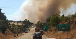 De acuerdo a las autoridades chilenas, la alerta roja por el fuego estará vigente hasta que las condiciones del incendio así lo ameriten.