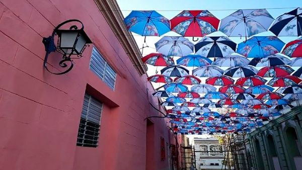 200 sombrillas multicolores embellecen el Callejón del Carmen, en la celebración del 61 aniversario de la Revolución.