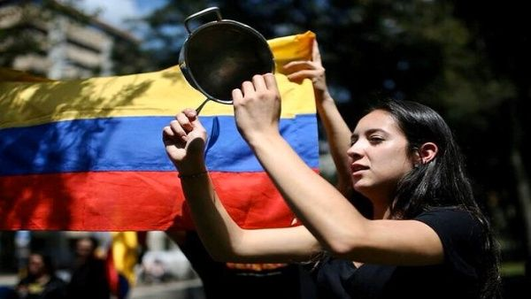 Colombianos despiden el año con cacerolazo contra el gobierno ...