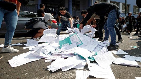 Los manifestantes acusan al PSU de profundizar las desigualdades del sistema educativo chileno, por lo que la población más pobre no puede acceder a la educación.