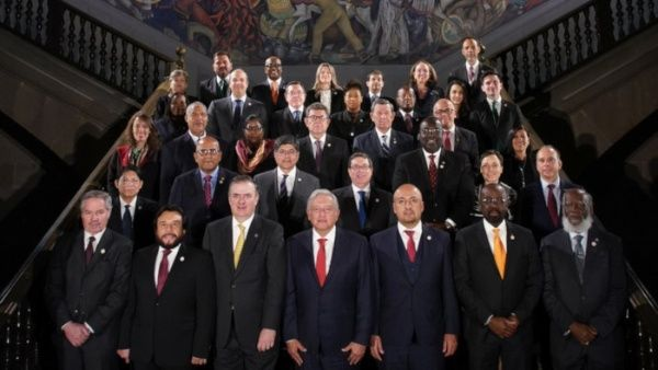 El presidente mexicano se toma la fotografía oficial de la reunión de la CELAC junto a ministros de América Latina y el Caribe.