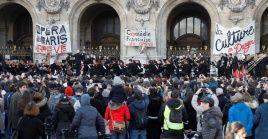 Músicos de la Ópera de París participan en un acto en apoyo a los sindicatos que se oponen a la reforma de pensiones.