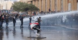 Manifestantes fueron dispersados por las fuerzas policiales con un cañón de agua durante las protestas en Beirut.