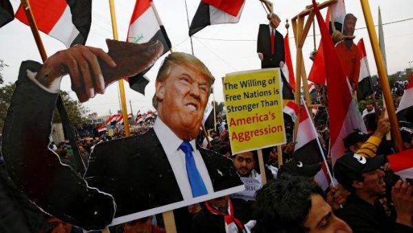 Ciudadanos iraquíes realizan una marcha en rechazo a la presencia de las fuerzas militares de EE.UU.