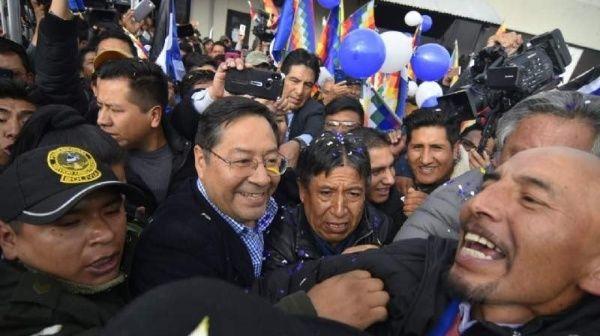 Candidato del MAS, Luis Arce, llega a Bolivia y es recibido por una multitud