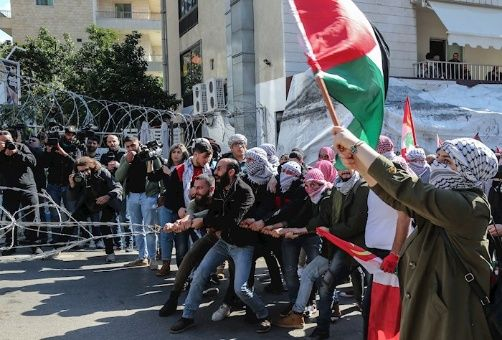 Los  manifestantes llamaron a los países árabes a cortar sus relaciones con el régimen de Israel, tal como hizo el Gobierno palestino después del anuncio del mandatario estadounidense.