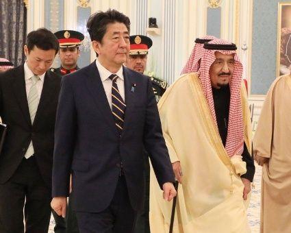 Amediados del pasado mes de enero, el primer ministro japonés, Abe, se reunió con el rey de Arabia Saudita, Salmán bin Abdulaziz,afianzando sus relaciones diplomáticas.