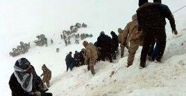 Medios locales señalan que la niebla y las intensas nevadas complican las labores de rescate.