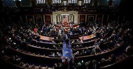 Mientras 220 demócratas y 17 republicanos votaron a favor de la legislación, 160 republicanos y el independiente Justin Aamash se pronunciaron en contra.