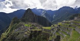 Machu Picchu es una ciudadela inca ubicada en las alturas de las montañas de los Andes en Perú.