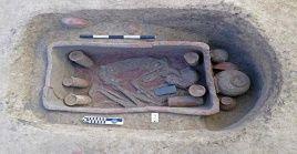 """El descubrimiento resulta """"históricamente significativo porque indica que esta área estaba densamente poblada y que el sitio contiene también féretros de cerámica raros""""."""