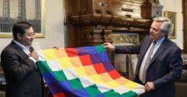 El candidato del MAS obsequió un libro sobre el modelo económico social comunitario productivo boliviano y una wiphala.