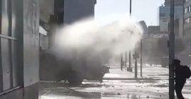 Los Carabineros están dispersando la concentración con chorros de agua y gases lacrimógenos. ElIntendente de Valparaíso, Jorge Martínez Durán, descartó suspender el festival de Viña del Mar.