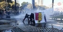 Manifestantes son reprimidos por fuerzas de seguridad chilenas en la ciudad de Valparaíso.