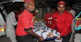 Autoridades del servicio de ferrocarriles pakistaní confirmaron que la operación de rescate fue difícil debido a la oscuridad de la noche.