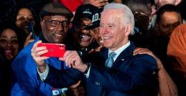 El aspirante presidencial Joe Biden se toma una selfie con simpatizantes en las primarias de Carolina de Sur.