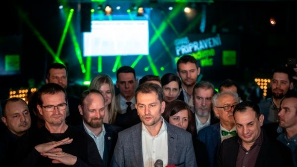 El líder del partido Gente Ordinaria, Igor Matovic, habla con los medios tras su triunfo en las elecciones en Eslovaquia.