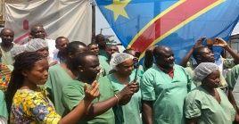 Cánticos, bailes de los médicos y enfermeros acompañaron la celebración por tan importante momento.
