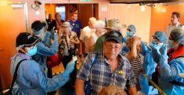 Personal médico realiza pruebas para detectar casos de coronavirus, en un crucero, en Ciudad de Panamá.