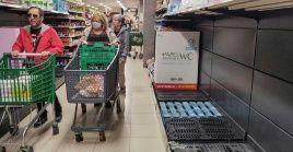 En países como Australia se ha evidenciado pánico en la población al presentarse irregularidades como el acaparamiento de alimentos.