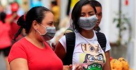 Dos mujeres utilizan tapabocas como medida contra el coronavirus, en Cartagena de Indias, Colombia.
