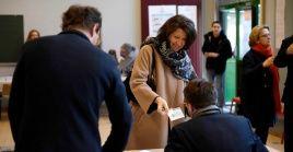 La candidata a la alcaldía de París, Agnes Buzyn, emite su voto este domingo durante las elecciones municipales francesas.
