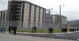 Agentes del Inpec ingresan a La Picota para reprimir la protesta pacífica de los reclusos.