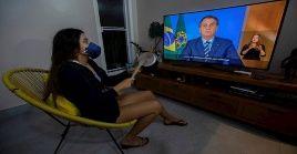 """Brasil confirma 2.201 contagiados y 46 víctimas mortales, mientras Bolsonaro desestima el aislamiento social de la población y califica al virus como una """"gripecita""""."""