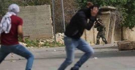 El joven agredido por las fuerzas militares de Israel sufrió una grave herida en un pie.