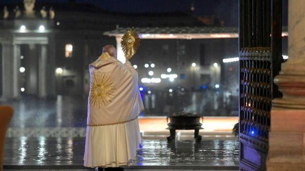"""El Papa Francisco imparte histórica bendición """"Urbi et Orbi"""" en soledad"""
