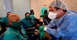 Médicos cubanos conversan con pacientes con Covid-19 en Crema, Italia.
