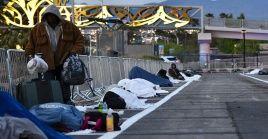 En redes sociales se han difundido imágenes de las personas sin hogar llegar al refugio, son recibidos por el personal y ser ubicados en el estacionamiento.