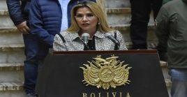Diputados del partido político MAS proponen enjuiciar a la mandataria de facto por ineptitud al negar el paso a ciudadanos en la frontera con Chile.