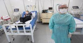 """La tasa de mortandad en Brasil aumenta desmedidamente, mientras que el presidente Jair Bolsonaro considera al virus como una """"gripecita""""."""
