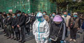 Personal de un hospital en la provincia de Hubei rinden homenaje a los fallecidos por el coronavirus.