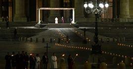 El viacrucis tradicionalmente se lleva a cabo en el Coliseo deRoma (capital italiana), pero en esta ocasión se realizó en la plaza de San Pedro.