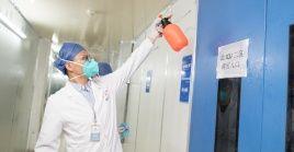 Trabajadores médicos realizan una desinfección en el Hospital Leishenshan (Montaña del Dios del Trueno) en Wuhan, capital de la provincia de Hubei.