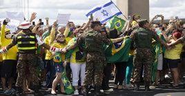 Simpatizantes de Bolsonaro llaman al mandatario a promover un golpe militar en Brasil.