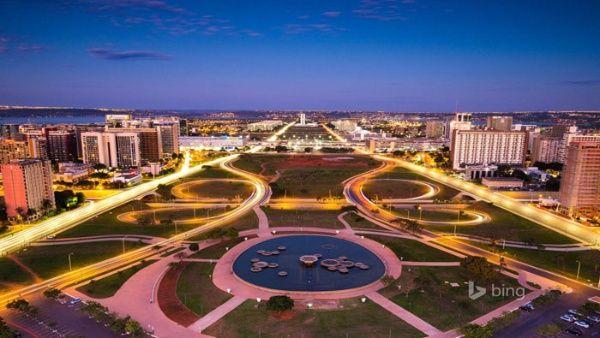 """Brasilia fue diseñada con la forma de un aeroplano y su """"fuselaje"""" es el Eje Monumental, dos grandes avenidas alrededor de un parque enorme."""